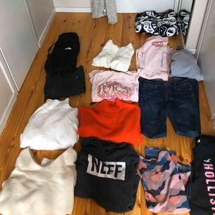 Massor av kläder som passar xs och s Mycket märkes kläder! Allt är i hyfsat bra skick 4/5 Jag kommer att göra mig av med allt om det inte köps  omgången! 250 kr för allt Jag kan frakta allt nu i dessa tider men då står ni för frakten!😬😬❤️