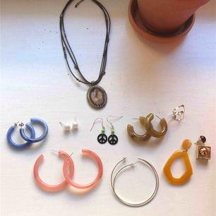 Åtta olika örhängen 25kr styck, vintage halsband 75kr, ring 10kr:)