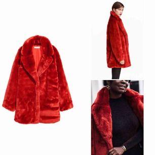 Säljer min röda pälsjacka då den ej passar mig. Endast använd en gång så den är i nyskick. Jätte mjuk och härlig, passar perfekt för vår!