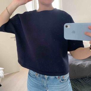 T shirt i väldigt tjockt material! Aldrig använd. Väldigt dyrt nypris.