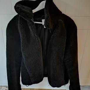 Mjuk, gosig jacka från H&M, storlek S. Jackan har dragsko i midjan så man kan få en mer