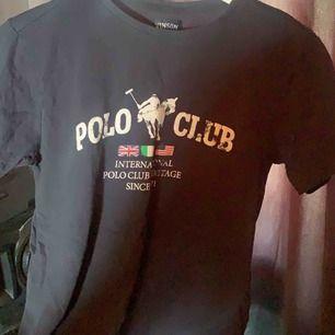 Säljer denna fina poloclub tröja. Aldrig använt.
