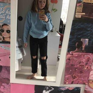 Ur coola jeans från zara med hål i. Jättetrendiga och slutsålda. Jag är 160 cm lång och dem passar mig utmärkt. Det är storlek 34. Vi kan diskutera om priset. Köparen står för frakten