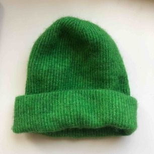 Säljer min gröna Samsøe Samsøe mössa. Den är i jättebra skick och knappt använd. Den är köpt för 400 kr, men säljer den för 200.