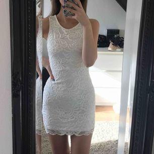 Supersöt klänning med öppen rygg