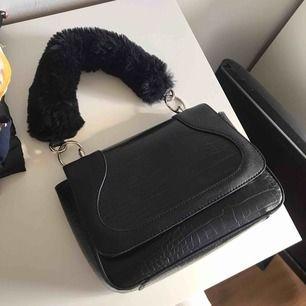 Cool väska köpt i London förra månaden för 500kr. Finns ett långt band till