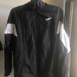 Nike vårkacka, använt fåtal gånger. Har ett ett litet hål där bak som knappt syns som du kan se på bilden.