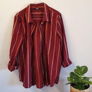 Röd skjorta med ränder från Bikbok. Inte så himla stör trots att den är large. Jag är i vanliga fall en small. Kan syleas snygg med det mesta!
