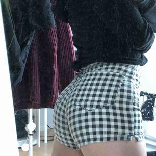 Rutiga shorts! 🖤🤍 Säljer då de sitter lite för tajt på mig, men annars jättefina.  Kunden står för frakt ☺️