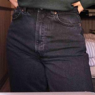 Weekday jeans i modellen row i färgen svart dom är stentvättade helt nya enbart provade aldrig använda frakten ingår i priset