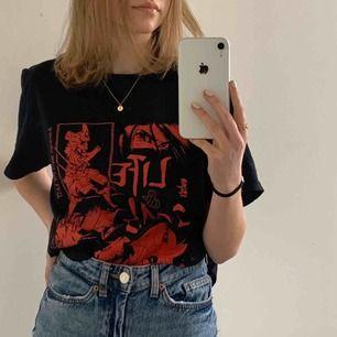 Oversized t-shirt från Urban Outfitters i storlek XS. Köpt för 400kr och är som ny då jag aldrig fått användning för den. Köparen står för frakt💕🌻