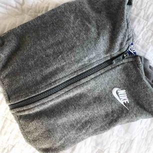Nike zip hoodie i storlek XS. Köpt för ca 500 kr och har använt den ganska mycket därav lite nopprig. Köparen betalar frakt🦋