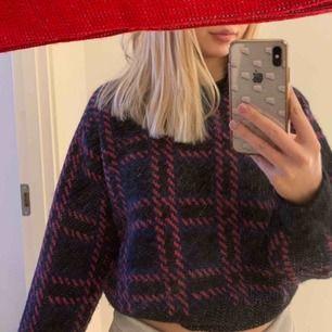 Säljer min snygga stickade tröja från & Other Stories, sista bilden är lånad från en tjej här på Plick men resten är mina! Tröjan är skit snygg men kommer inte till användning längre tyvärr. Köparen står för frakt!!!
