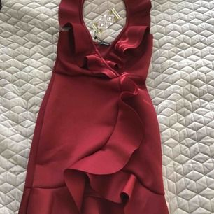 En vinröd fest klänning helt oanvänd, prislappen kvar.