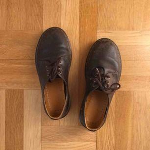 Söta låga bruna Dr.Martens i fint skinn. Bra skick förutom ett skosnöre som gått sönder. Nypris: 1400 kr.