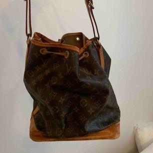 Säljer denna Louis Vuitton väska, några år på nacken och köpt begagnad och kan inte garantera att den är äkta då jag tappat äkthetsbeviset. Så det är bara ord mot ord att den är äkta. Därför det låga priset. Hör gärna av er vid frågor.