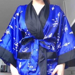 Kimono köpt från Humana. Kan användas som lyxig morgonrock 🦋 köparen står för frakten (63kr)