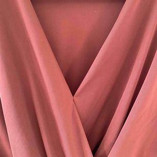 Jätte fin V-ringad röd/ marron blus från HM! Aldrig använt, guldknappar vid handleden. Passar M/L