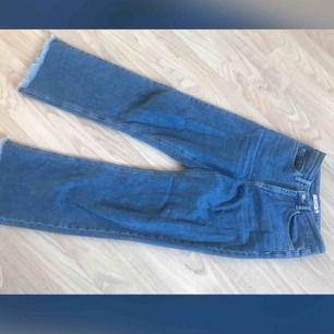 Straight leg jeans ifrån Na-kd. Cropped modell. Svin snygga men används aldrig