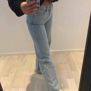 Super snygga jeans från junkyard! Väldigt bra skick, använda endast en gång.  Säljer pga att de är försmå för mig:(   Storlek 25