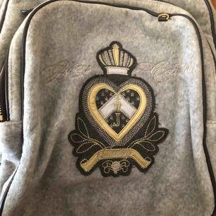Snygg ryggsäck från Juicy couture äkta, väldigt rymlig och perfekt att ha som skolväska eller att resa med