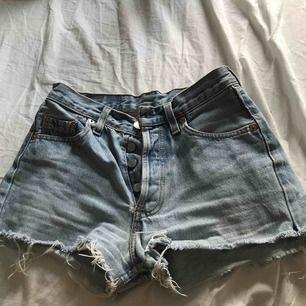 Säljer dessa shortsen nu pga dem är för små, väldigt fina på. Shortsen passar om du är en XS som motsvarar 24 i midjan.