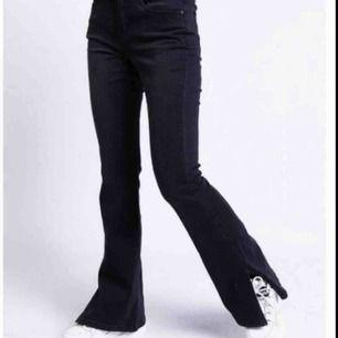 Säljer dessa sjukt snygga bootcut jeans med slits från madlady (slutsålda) i storlek M men de passar mer S, sitter bra på mig med 26 i midjan. Även stretchiga! Buda💕