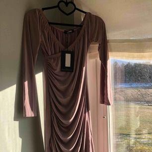 Oanvänd klänning men har fått en fläck på sig så kommer behöva tvätta innan jag skickar iväg den! Lite osäker på storleken men tror den är en 36:a