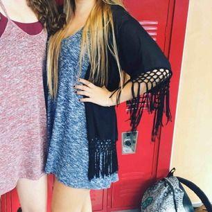 Super fint blått tyg och bekväm klänning i stretch, från American Eagle Outfitters, köpt i Nevada, USA 🇺🇸 Står XS- men lutar också starkt mot S-M. Älskar den, men det är dags att ge den vidare.   • möts upp i sthlm, frakt, enligt överenskommelse. 💙