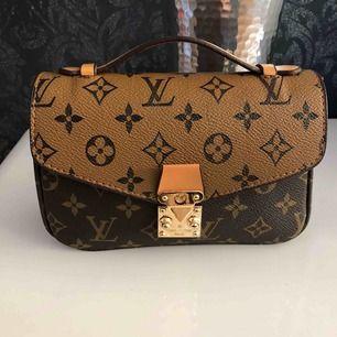 Det är ny väskan som jag fick i present men det passar inte mig . Säljer på grund av detta annars det är super snyggt och ny .