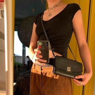 Liten svart vintage väska! Snygg att slänga över axeln. Tre stycken olika innerfack. Köpt nångång 60-70-talet men väldigt bra skick!🌟  Möts på Värmdö eller i Stockholm C. Fraktar också men då står köparn för kostnaden. Tar swish!👌
