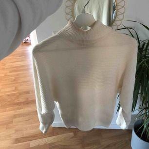 Säljer denna fina tröja från NAKD, bra skick! Ser ut som fläckar på tröjan men det är endast skuggor. Frakt tillkommer