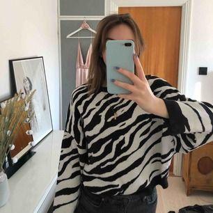 Supersnygg zebramönstrad tröja. Varsamt använd. Köparen står för frakten men kan mötas upp i Helsingborg.