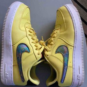 Typ helt oanvända Nike i så cool färg med avtagbara Nike-märken. Superskick! Nypris 1200:-
