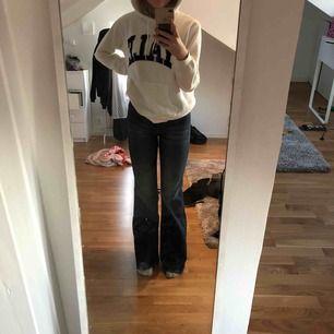 Helt nya jeans från crocker! Aldrig använda så i superbra skick. Jag är 167 cm o de går snyggt ner över hälen på mig! Frakt tillkommer😚 hör av er för mer bilder