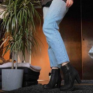 Snygga svarta boots i storlek 37 med dragkedja. Har bara provat dem och säljer pga att de tyvärr var för små. Nypris 1100 kr. Skitbra kvalitet från märket D for dasia🖤🖤