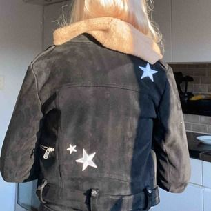 Säljer denna sjukt snygga jacka med stjärnor, storlek S! Köpt för 700 kr