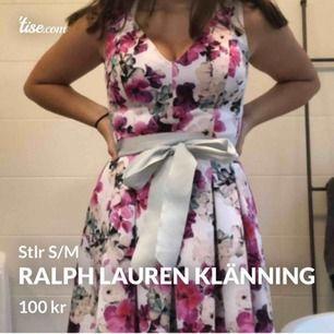 blommig klänning från Ralph Lauren! Väldigt bekväm och superbra passform! Köpt för 1199 sek men säljes pga att jag växt ifrån den! Använd max 5 ggr och precis som ny!