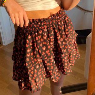Väldigt gullig kjol med hjärtan, vet tyvärr inte vart den är ifrån🥺