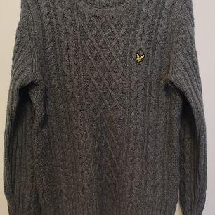 Superskön stickad tröja i herrmodell från Lyle & Scott. Använd ett fåtal gånger. I storlek S.