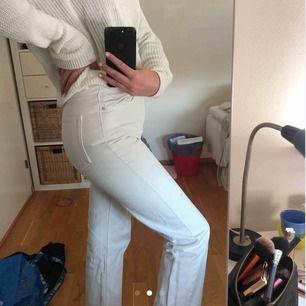 Vita jeans i modellen row ifrån Weekday⚡️⚡️ sitter svin bra men har nu blivit lite små för mig. Ett litet hål på byxorna💞💞💞💞💞