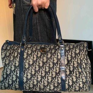 Beige, svart och marinblå monogram weekend-bag från Dior. Bra skick. Guldiga och silvriga detaljer.