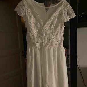 Vit jätte söt klänning från Nelly.com, helt oanvänd då jag hittade en annan klänning jag hade på min stundent för två år sedan! Perfekt till student eller skolavslutning! Fraktkostnad tillkommer