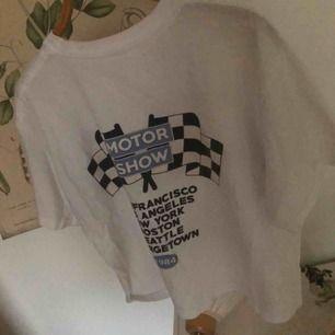 En t-shirt med tryck på både bak och framsida. I bra skick