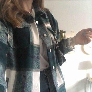 Snygg plaid jacket från byanastasia. Köpt förra hösten och har knappt kommit till användning, därför säljer jag den. Kan mötas upp i Stockholm annars ingår frakt.💘
