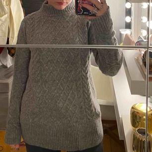 Stickad tröja från H&M, knappt använd! Ganska lång på mig som är 157cm. Frakt tillkommer💕