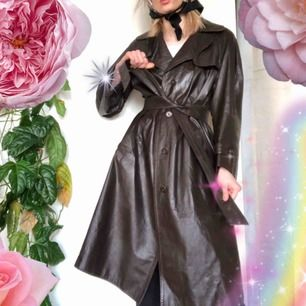 🍒LÄDERKAPPA🍒 Världens härligast bruna läderkappa i trenchcoat modell. begagnad och fin. Superfin nu till våren att styla till grönt. Frakt tillkommer. Puss o K🍒