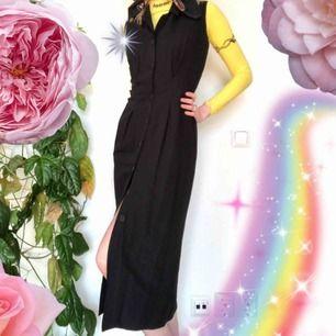 🍒🤠🍒 Rad lång svartklänning med knappar från HM anno 90-tal. En riktigt favorit. Så fin att bära över polotröjor. Härlig som den är också. frakt tillkommer. Puss o K🍒