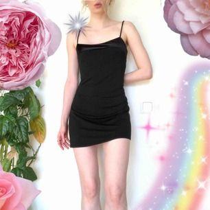 🍒LBD🍒 Livets lilla svarta klänning från 90-talet. Sammets band upptill i gjord av väldigt mjukt tyg. En pärla till klänning. Äkta Posh Spice feelz. Frakt tillkommer. Puss o K