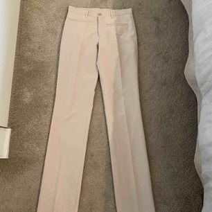 Världens finaste beiga kostymbyxor, köpt secondhand. Säljer pga för långa för mig